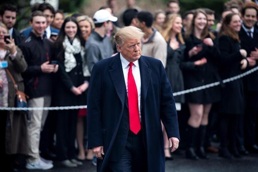 El presidente de EE. UU., Donald J. Trump, se dirige a hablar a la prensa a su salida de la Casa Blanca de camino a su residencia de Mar-a-Lago este viernes en Washington DC (Estados Unidos). EFE