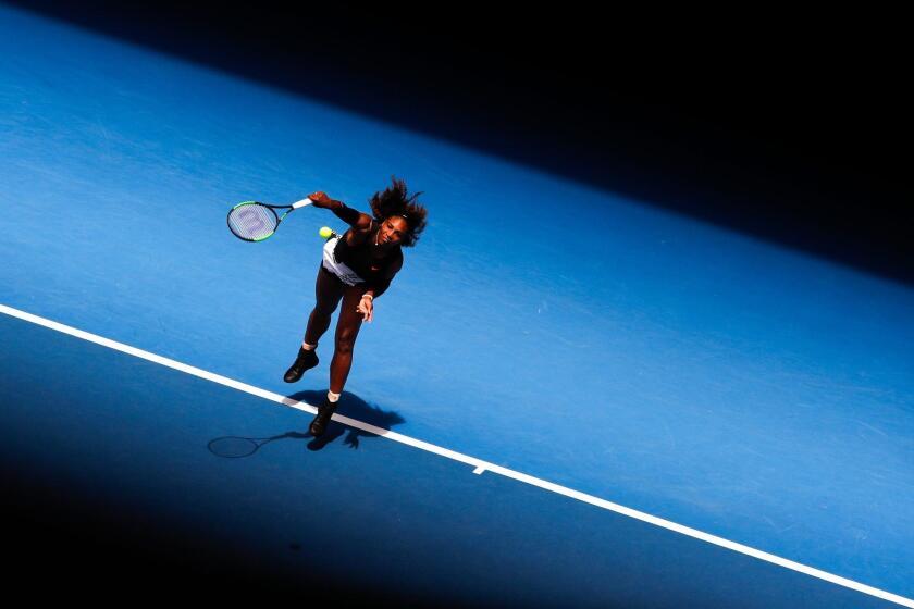 AUS139 MELBOURNE (AUSTRALIA) 17/01/2017.- La estadounidense Serena Williams en acción ante la suiza Belinda Bencic hoy, martes 17 de enero de 2017, durante un juego del Abierto de tenis de Australia en Melbourne, (Australia). EFE/MADE NAGI ** Usable by HOY and SD Only **