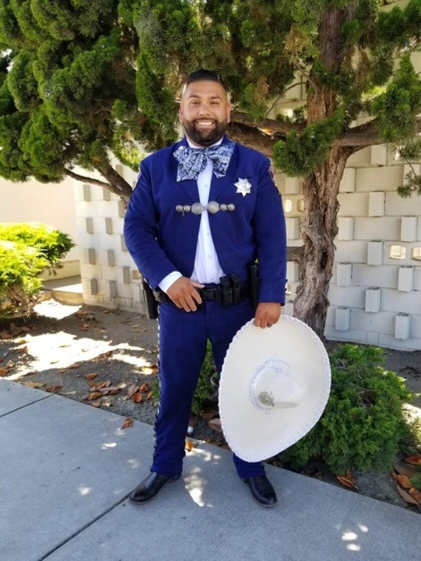 California Agentes De La Policía Visten Trajes De Charro