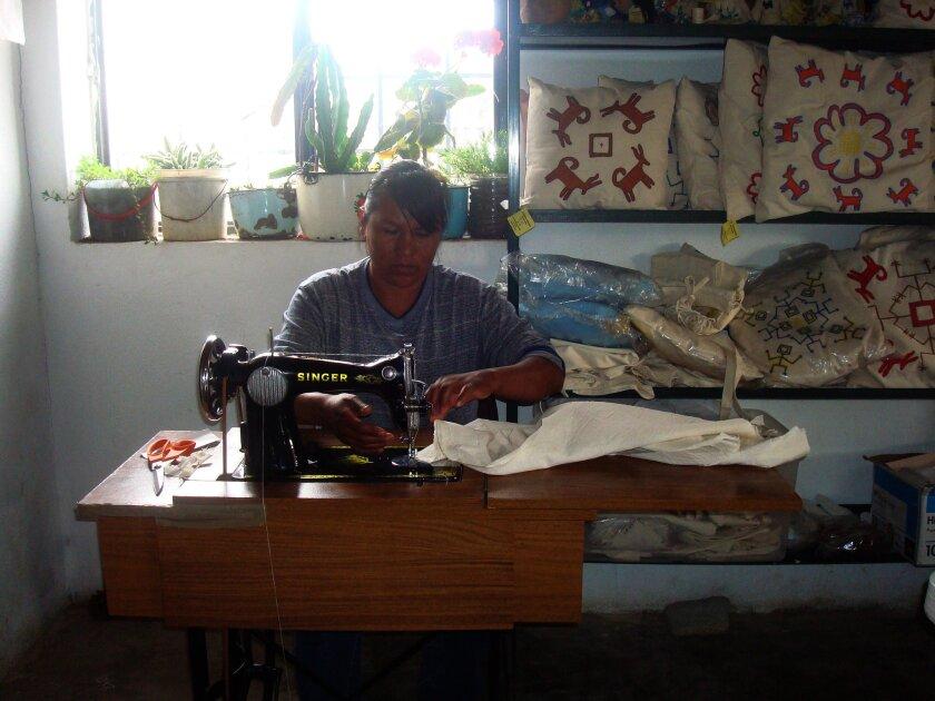 Fotografía sin fecha cedida hoy, domingo 16 de octubre de 2016, por la Institución de Asistencia Privada (IAP) de una artesana Pimas trabajando en un taller de artesanías en el estado de Sonora (México). Centenares de artesanas indígenas del norteño estado mexicano de Sonora han mejorado sus condiciones de vida en los últimos años gracias a una ONG que les ha dado formación en este campo y herramientas para empoderarse y recuperar su identidad, otrora menospreciada. EFE/IAP/SOLO USO EDITORIAL