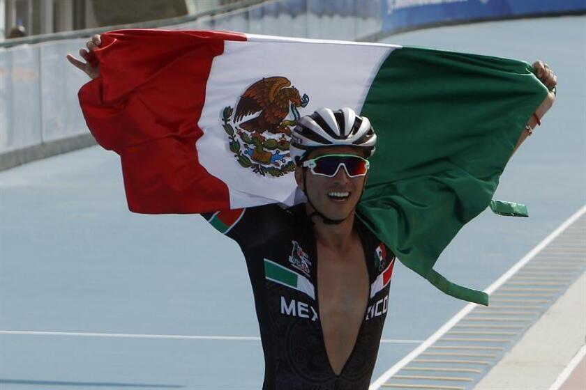 El patinador mexicano Jorge Martínez celebra hoy, sábado 21 de julio de 2018, después de ganar medalla de oro en la prueba contrarreloj masculina 300mts en las competencias de patinaje de velocidad durante los XXIII Juegos Centroamericanos y del Caribe en Barranquilla (Colombia). EFE