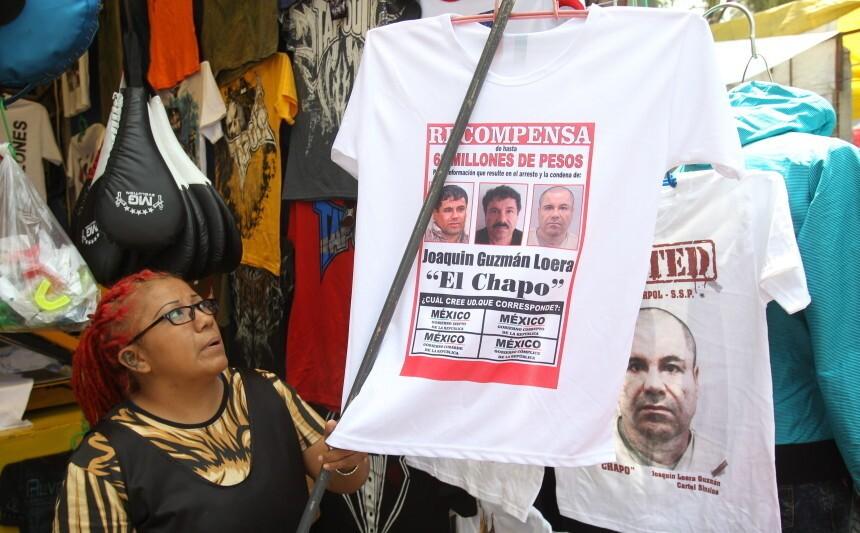"""Una comerciante organiza camisetas con imágenes y frases alusivas al fugado narcotraficante Joaquín """"El Chapo"""" Guzmán."""