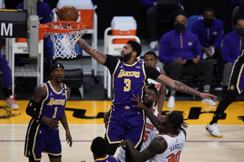 Anthony Davis (3), de los Lakers de Los Ángeles, lanza a canasta en el primer cuarto del juego de la NBA que enfrentó a su equipo con los Knicks de Nueva York, el 11 de mayo de 2021, en Los Ángeles. (AP Foto/Ashley Landis)