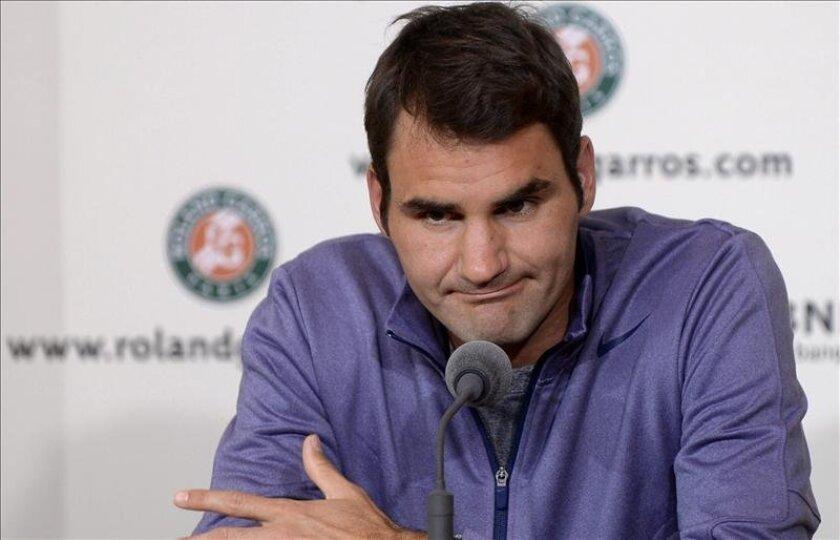 El jugador suizo de tenis Roger Federer se dirige a los medios de comunicación en París, Francia. EFE