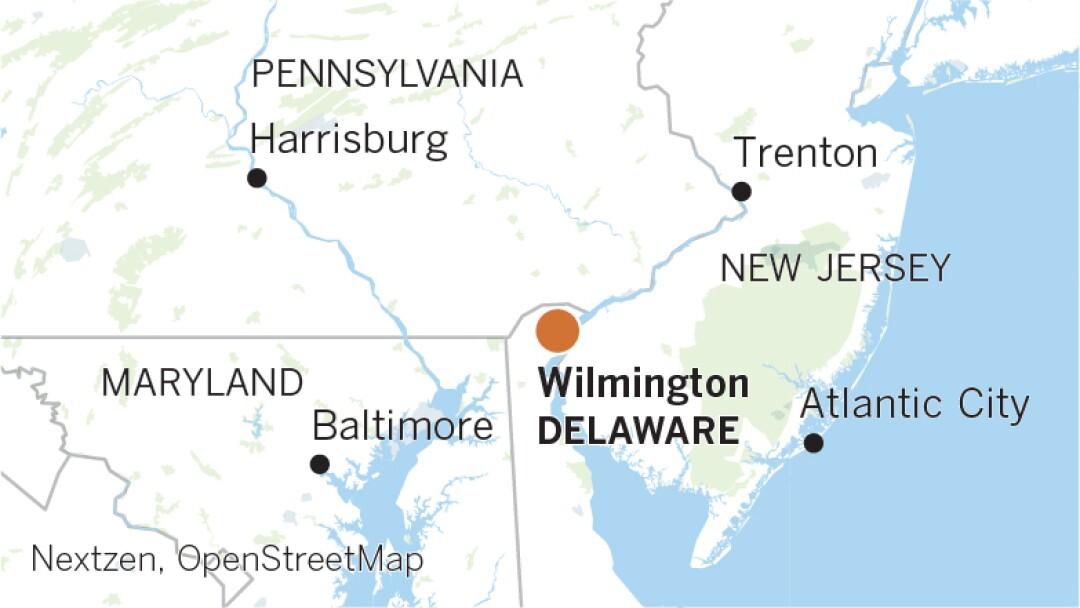 """_web-candidatos-hometown-maps_Artboard 3.jpg """"width ="""" 1080 """"height ="""" 608 """"/> </figure> </p></div> <p> Biden <b> </b> fue a la escuela secundaria en la cercana Claymont, de donde incluso proviene Lambert, pero durante décadas ha vivido en Greenville, una comunidad a las suburbios de Wilmington donde los residentes son más ricos, más blancos y más conservadores que los de la ciudad. </p> <p> En el camino arbolado donde vive Biden, los estilos de la casa incluyen castillos franceses y Tudors de varios pisos, todos uniformemente grandiosos. La casa del ex vicepresidente está escondida, en gran parte protegida de la horizonte por la caseta de vigilancia en la entrada. </p> <p> Es un corto delirio al corazón de Wilmington: barrios pasados de casas adosadas de tocho rojo, una franja comercial de concesionarios de automóviles y luego al centro de la ciudad, donde los rascacielos llevan logotipos corporativos, donde los bosques rústicos de Greenville pueden parecer mundos de distancia. . </p> <div class="""