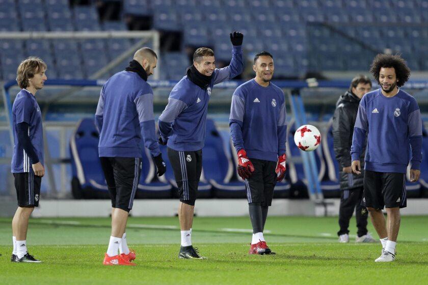 Los jugadores del Real Madrid Luka Modric, Karim Benzemá, Cristiano Ronaldo, Keylor Navas y Marcelo Vieira participan en un entrenamiento de su equipo en el estadio de Yokohama al sur de Tokio, Japón.
