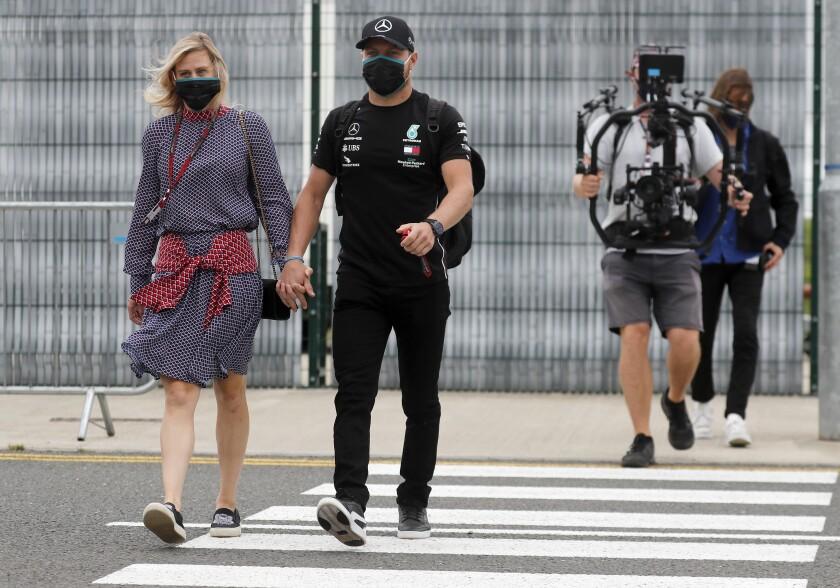 El piloto de Mercedes Valtteri Bottas (derecha) y su novia Tiffany Cromwell
