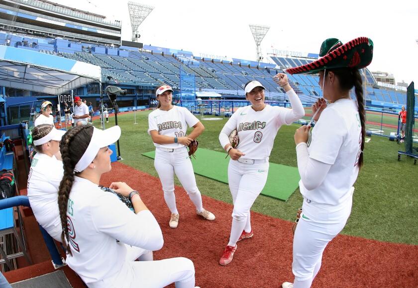 (De izquierda a derecha) Nicole Rangel #10, Victoria Vidales #8 y Amanda Sánchez #20 del Equipo de México