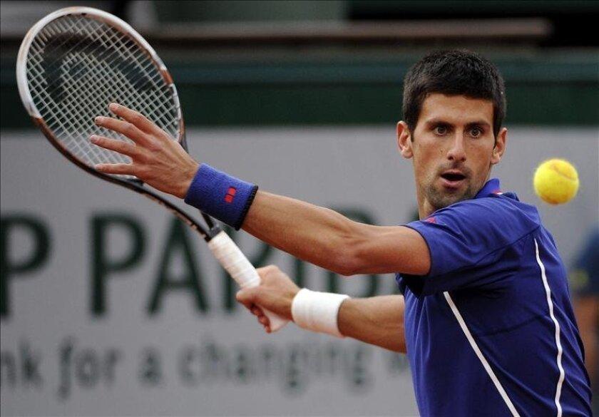 El tenista serbio Novak Djokovic devuelve una bola al argentino Guido Pella, durante el partido de segunda ronda del torneo de Roland Garros. EFE