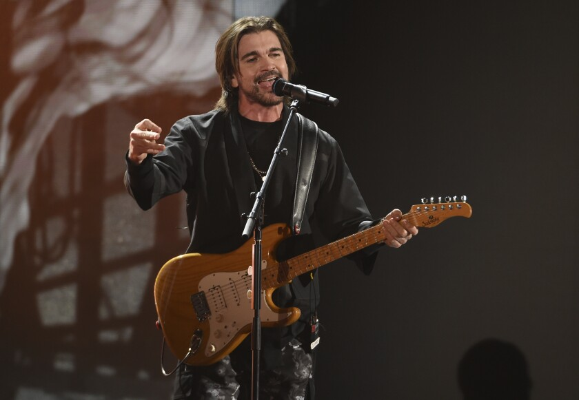 uanes durante su presentación en la 20a entrega de los Latin Grammy