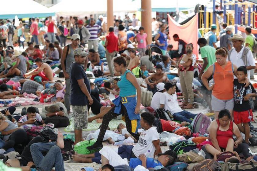 Migrantes hondureños descansan en la localidad de Mapastepec, en el estado de Chiapas (México). EFE