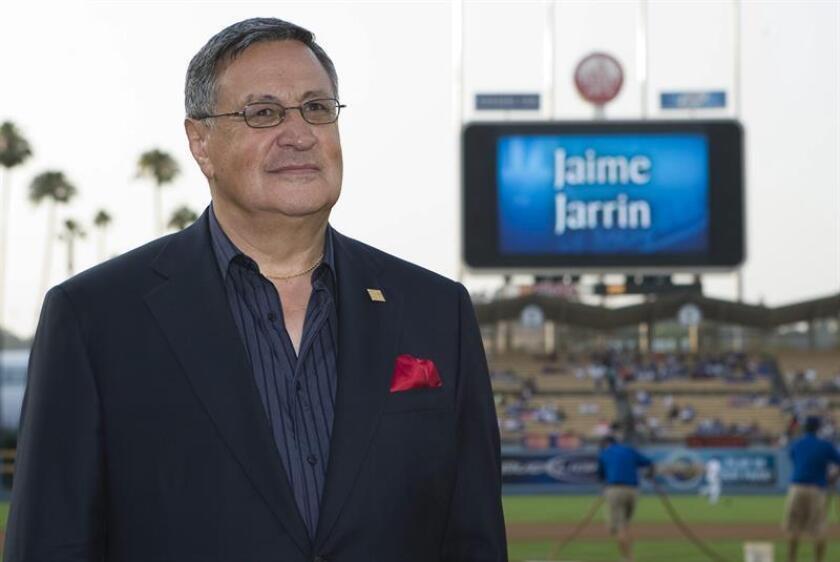 El ecuatoriano Jaime Jarrín, conocido como ?la voz en español de los Dodgers? y quien ha comentado más de 7.500 juegos, comenzó su temporada número 50 junto al equipo en medio de múltiples reconocimientos. EFE/Archivo