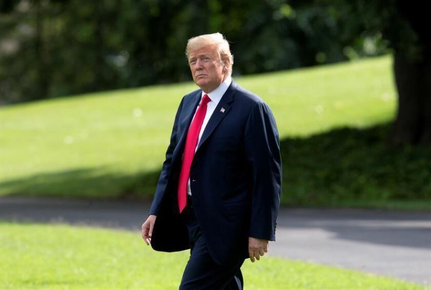 El presidente de Estados Unidos, Donald J. Trump, atraviesa el jardín sur de la Casa Blanca. EFE/Archivo