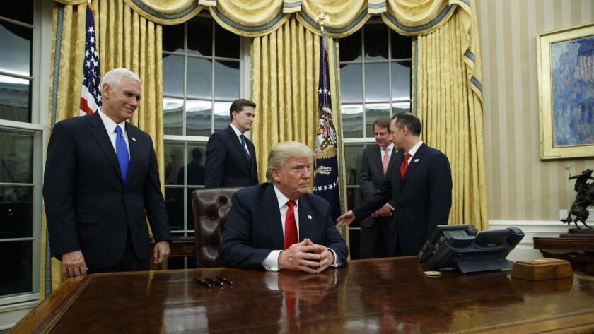 El presidente Trump espera para firmar el decreto sobre Obamacare el viernes por la noche. En el documento se ordena a las agencias federales que finalicen con la 'carga' que la Ley de Cuidados Asequibles de Salud puso sobre los estadounidenses (Getty Images).