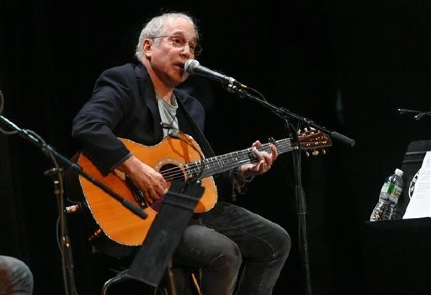 En esta foto del 6 de octubre del 2015, Paul Simon participa en un concierto benéfico del Salón de la Fama de la Música Country en Nueva York. (Foto por Evan Agostini/Invision/AP, Archivo)