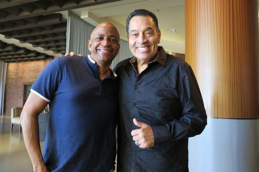 El productor musical Sergio George (i) y el salsero Tito Nieves (d) posan para Efe durante una entrevista hoy, jueves 13 de diciembre de 2018, en San Juan, Puerto Rico. EFE