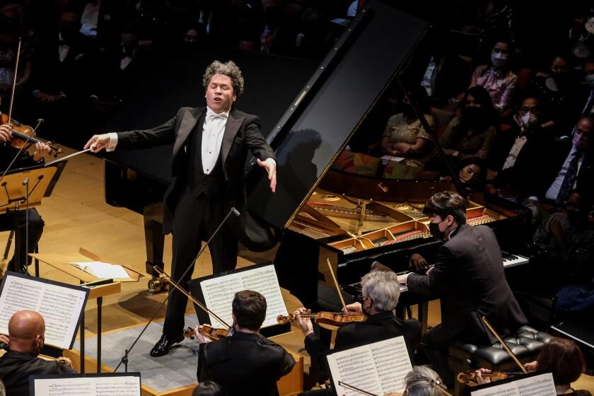 Un hombre dirige con entusiasmo una orquesta