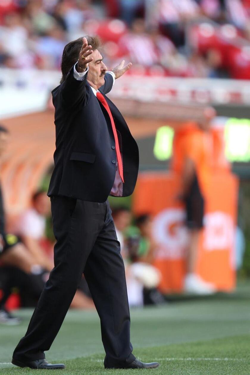 El nuevo director técnico de Toluca, Ricardo La Volpe, dirige a Chivas ante Morelia, el domingo 13 abril de 2014, durante un partido de la jornada 15 del Torneo Clausura realizado en el Estado Omnilife en Ciudad de Guadalajara (México) .EFE/Archivo