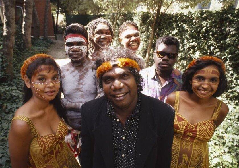 Fotografía de archivo del cantante de la agrupación australiana Yothu Yindi, Mandwuy Yunupingu (c), en la Universidad de Melbourne, y quien falleció anoche en Australia. EFE/EPA/National Archives of Australia