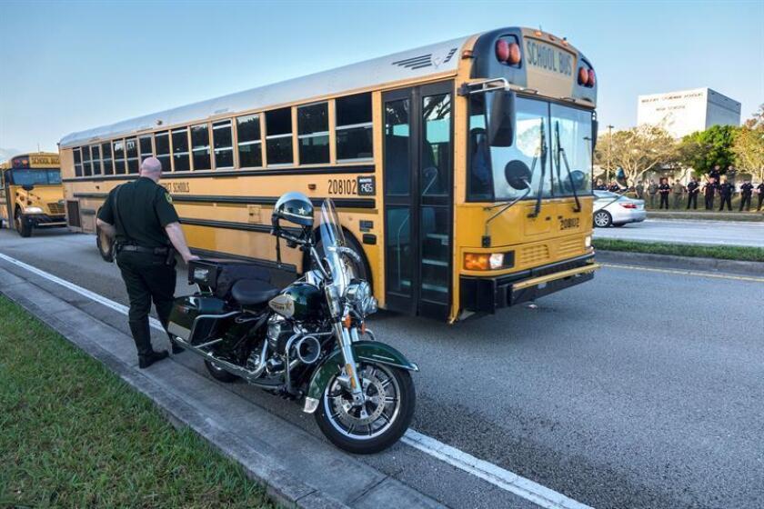 Los alumnos del instituto Marjory Stoneman Douglas de Parkland (Florida), donde el pasado 14 de febrero un joven de 19 años mató a 17 personas, comenzaron hoy el nuevo curso escolar rodeados de fuertes medidas de seguridad que, según la prensa, han costado al menos 6,5 millones de dólares. EFE/Archivo