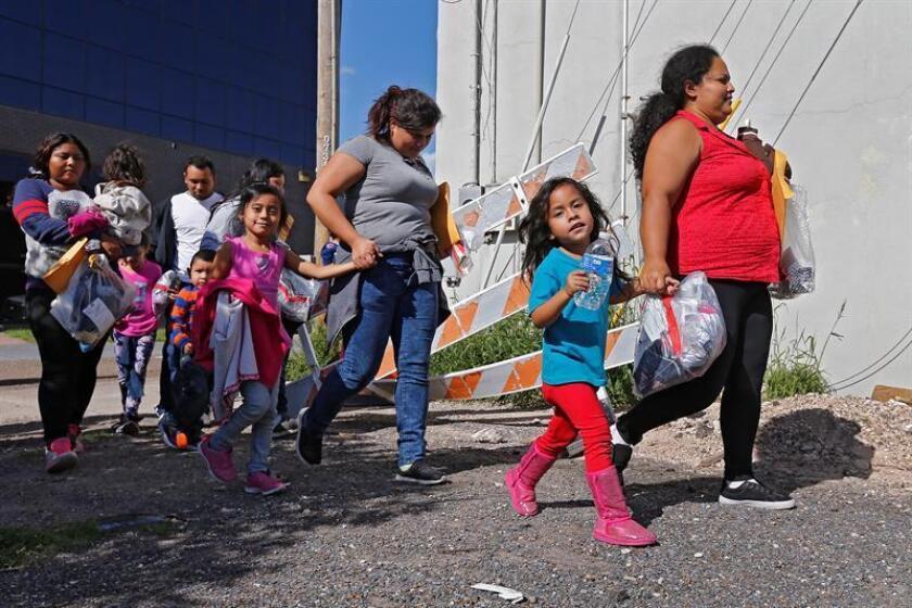 Familias de migrantes caminan reaccionan tras ser procesadas en la Estación Central de Autobuses de McAllen, Texas (EE.UU.). EFE/Archivo