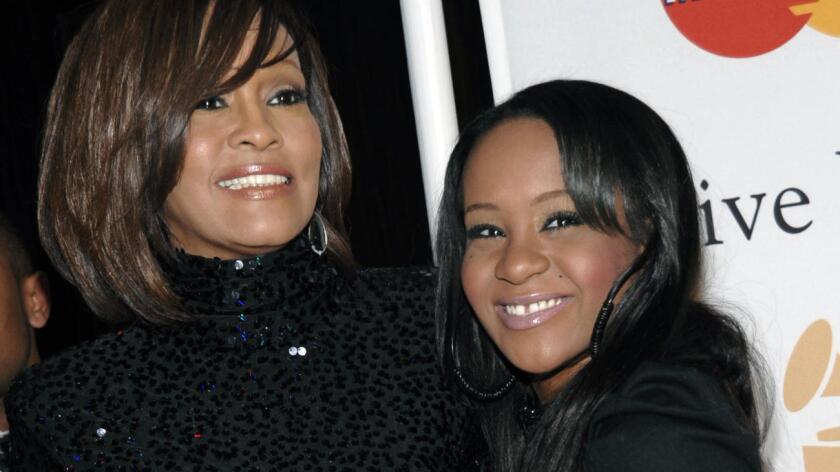La joven era la única hija del matrimonio entre los cantantes Bobby Brown y Whitney Houston, fallecida en febrero de 2012 a los 48 años ahogada en la bañera de un hotel en Beverly Hills tras años de batallar con adicciones a diversas sustancias.