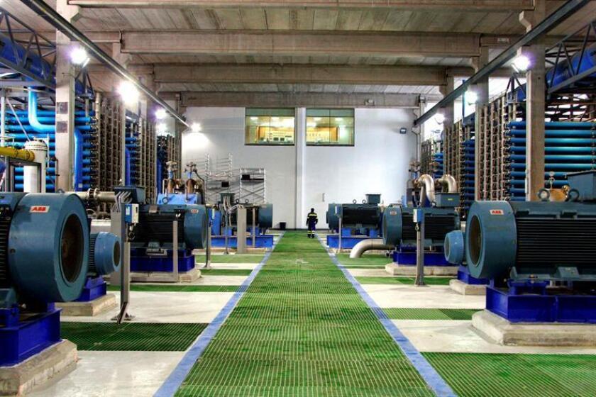 Un estudio advierte del peligro que representan las más de 16.000 plantas de desalinización que operan en todo el mundo y que producen al día 142 millones de metros cúbicos de salmuera, un 50 % más de lo previamente estimado. EFE/Archivo