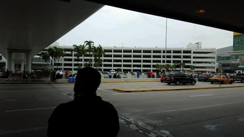 Unos abuelos brasileños fueron detenidos hoy al llegar al Aeropuerto de Miami en un vuelo procedente de Brasil, acusados de conspiración y secuestro internacional de su nieto de ocho años Nico Brann, informó la Fiscalía del Distrito de Texas. EFE/ARCHIVO