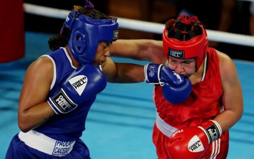 La boxeadora mexicana Brianda Cruz (d) pelea con la colombiana Jessica Caicedo. EFE/Archivo