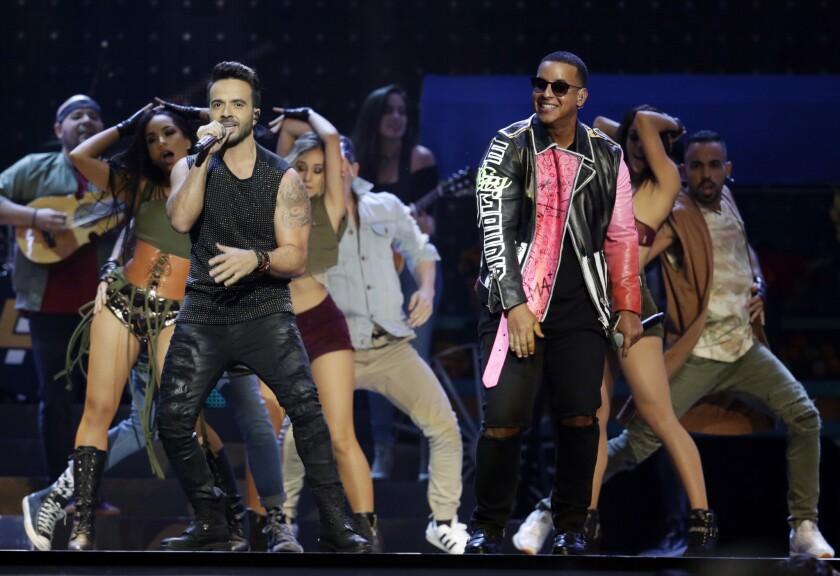 Luis Fonsi, izquierda, y Daddy Yankee durante una presentación en los Latin Billboard Awards en Coral Gables, Florida en una fotografía de archivo del 27 de abril de 2017.