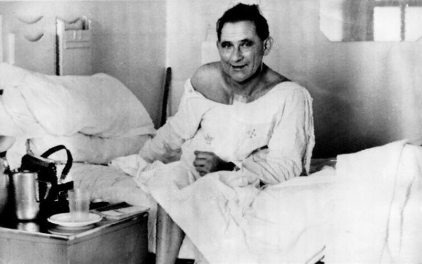 El paciente Louis Washkansky, de 55 años, aparece incorporado por primera vez en la habitación del hospital. EFE/Archivo