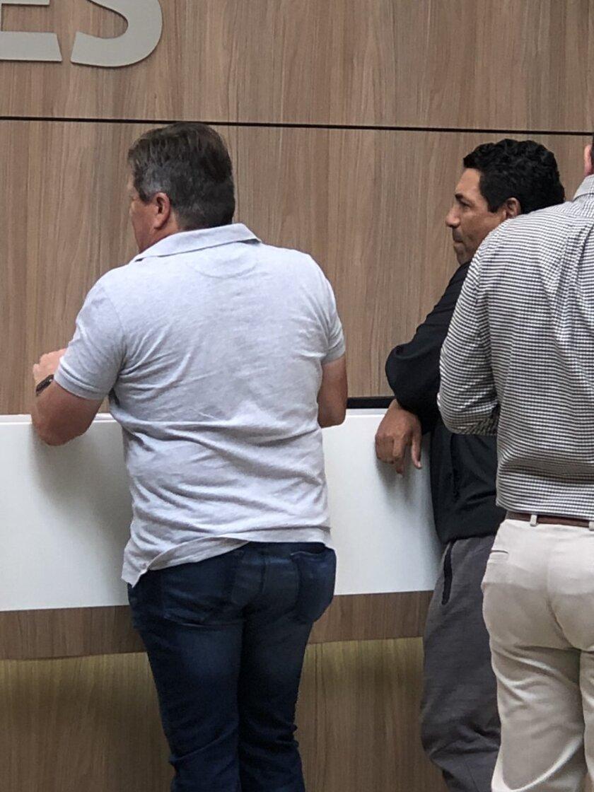 Miguel Herrera visita a Nicolás Castillo en el hospital.