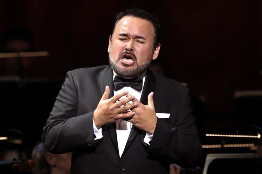 El tenor mexicano Javier Camarena durante el concierto ofrecido este domingo en el Teatro de la Zarzuela, en Madrid, primero de su vida dedicado íntegramente al género chico. EFE