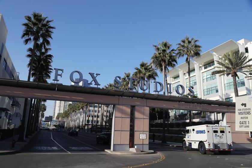 Fotografía de la entrada de Estudios Fox en Century City (EE.UU.). EFE/Archivo