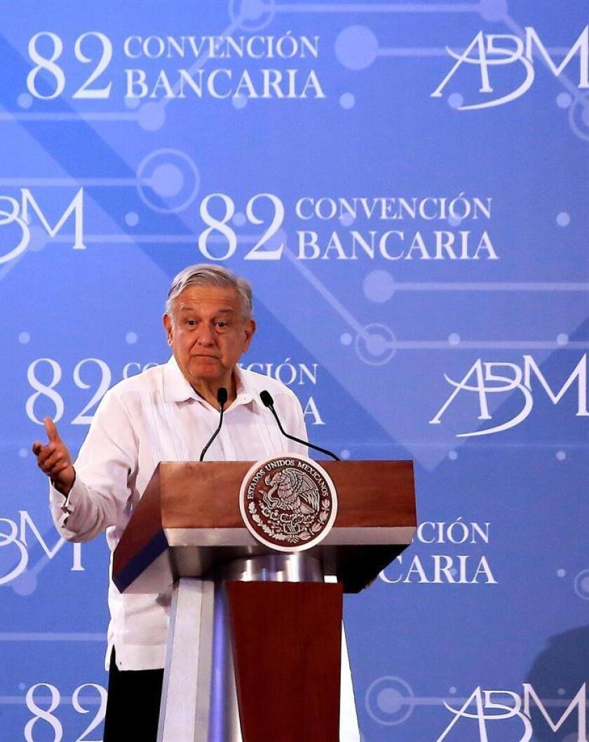 """El presidente de México Andrés Manuel López Obrador, participa en la clausura de la 82 convención bancaria este viernes, en Acapulco, en el estado de Gurerrero (México). Obrador aseguró este viernes ante los representantes de la banca mexicana que su Gobierno no promoverá ninguna ley que regule el cobro de comisiones bancarias, desmarcándose así de su propio partido. """"No vamos a promover desde el Ejecutivo ninguna ley que regule u obligue el cobro de comisiones, es decir, que fije porcentajes en el cobro de comisiones de los bancos. Es un compromiso que hicimos y lo vamos a cumplir porque los compromisos se cumplen"""", dijo el mandatario. EFE"""
