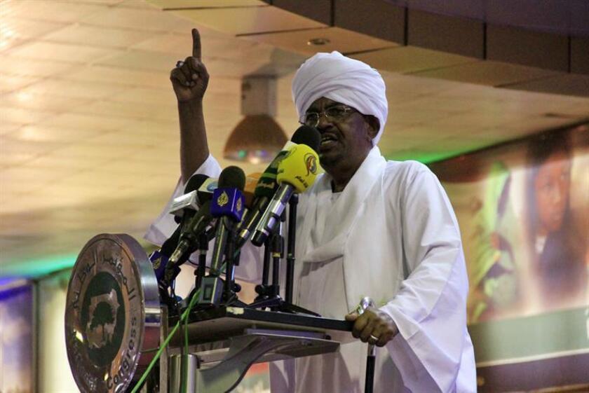 El Gobierno evaluará retirar la designación de Sudán como estado patrocinador del terrorismo si el país cumple con unos requisitos acordados este martes en una reunión en Washington, informó hoy la portavoz del Departamento de Estado, Heather Nauert. El presidente sudanés, Omar Hasan al Bashir. EFE/ARCHIVO