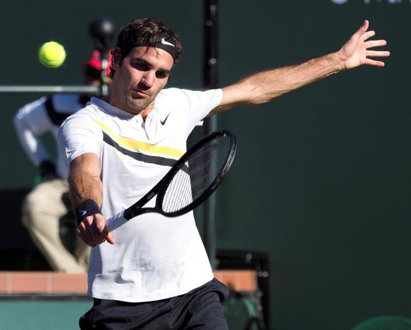 El tenista suizo Roger federer devuelve la bola al argentino Federico Delbonis durante el partido que enfrentó a ambos en el torneo de Indian Wells (Estados Unidos). EFE