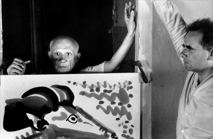 """Fotograma cedido por Film Forum donde aparece el pintor español Pablo Picasso (i), junto al director Henri-Georges Clouzot (d) durante la grabación del documental """"El misterio de Picasso"""", ganador del premio especial del jurado en Cannes el año de su lanzamiento, y que podrá verse durante toda una semana, del 1 al 7 de marzo, en el Film Forum de Nueva York, una sala de cine independiente sin ánimo de lucro. EFE/Film Forum/SOLO USO EDITORIAL/NO VENTAS"""