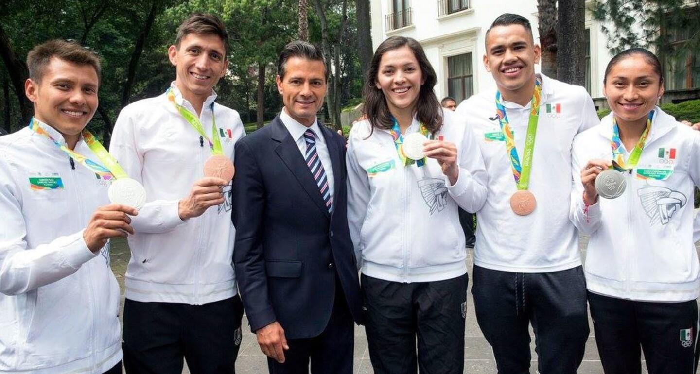 El presidente de México Enrique Peña Nieto con los medallistas Germán Sánchez (platza/clavados), Ismael Hernández (bronce/pentatlón moderno), María Espinoza (plata/taekwondo), Misael Rodríguez (bronce/boxeo) y Lupita González (plata/marcha).