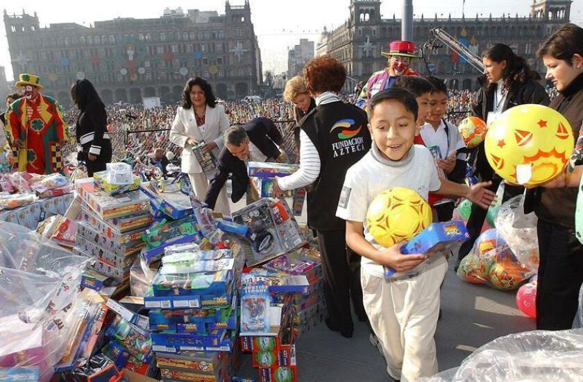 Niños de escasos recursos mexicanos recibieron regalos por el día de Reyes. EFE/Archivo