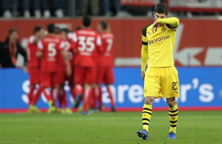 Christian Pulisic de Dortmund, hoy, durante un partido por la Bundesliga aleman entre el Duesseldorf y el Borussia Dortmund, en Duesseldorf (Alemania). EFE