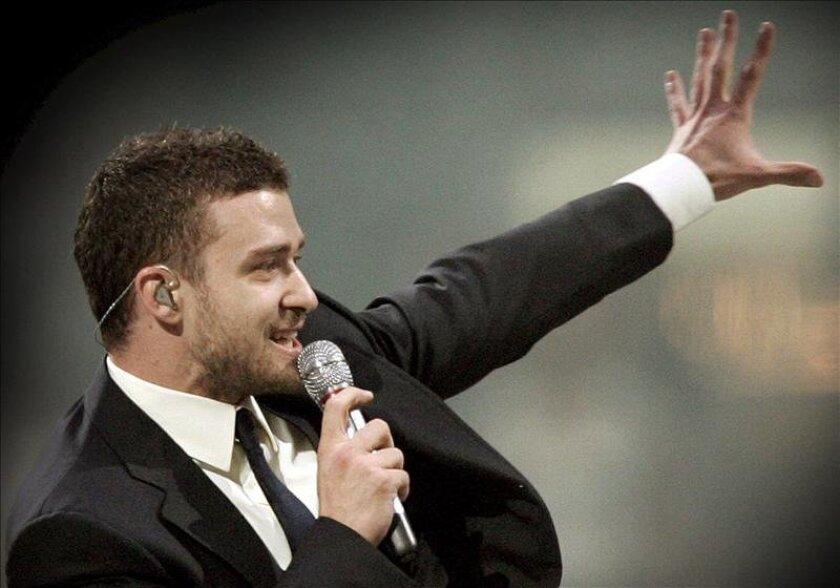 El cantante y actor estadounidense Justin Timberlake canta en el escenario de el Amsterdam Arena en Holanda. EFE/Archivo
