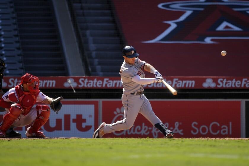 Alex Bregman, derecha, pega un jonrón solitario por los Astros de Houston