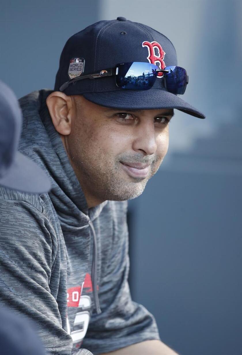 En la imagen, el entrenador de los Medias Rojas de Boston Alex Cora. EFE/Archivo