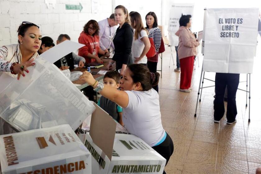Ciudadanos mexicanos emiten su voto en una casilla electoral hoy, domingo 1 de julio de 2018. EFE/ Archivo
