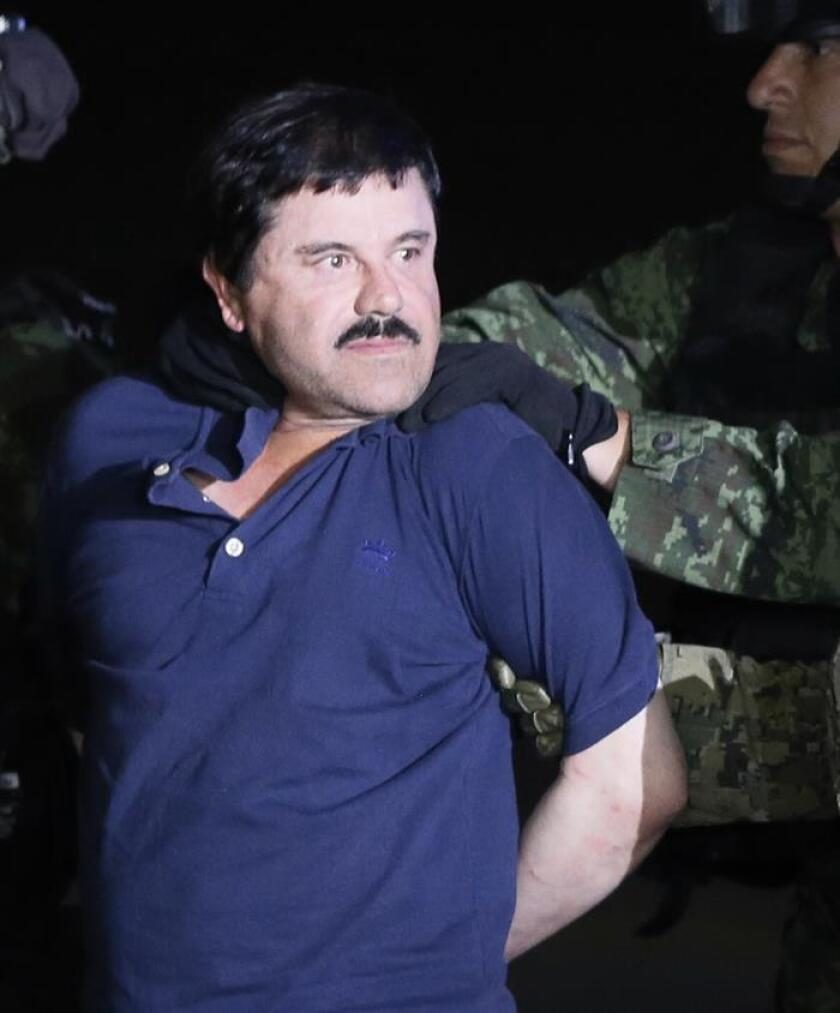 """El narcotraficante Joaquín """"El Chapo"""" Guzmán es conducido a un helicóptero de la Marina Armada de México, en la capital mexicana tras su recaptura en la ciudad de Los Mochis, Sinaloa (México). EFE/Archivo"""