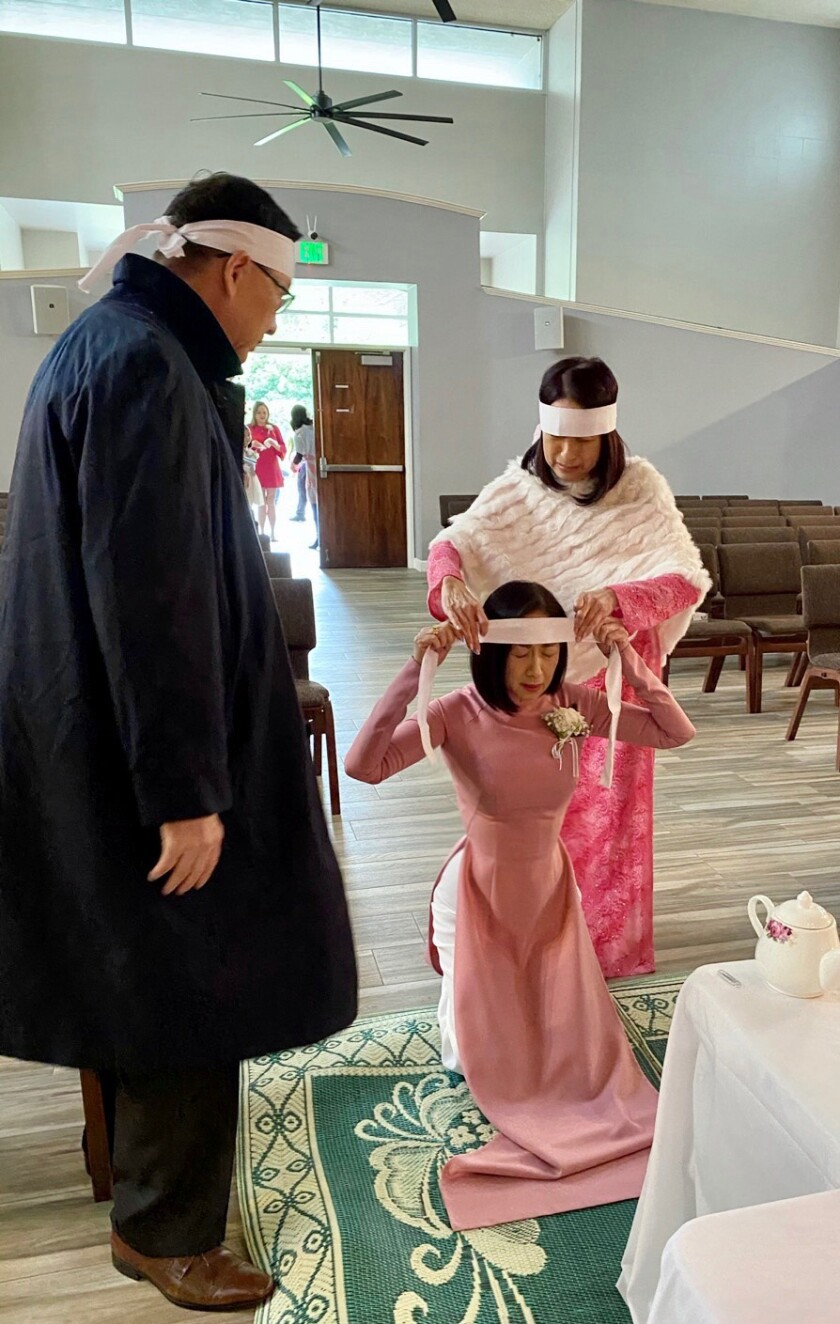Singers Y Lan and Quynh Huong, daughters of diva Thai Thanh, and their brother Viet Le wore pink for their mother's memorial service, saying the color brought her happiness.