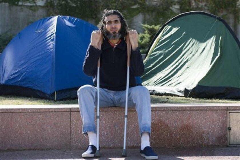 El gobierno uruguayo desestimó el lunes un ultimátum del refugiado sirio Abu Wa'el Dhiab, ex prisionero de Guantánamo que lleva más de un mes en huelga de hambre en reclamo de que se le permita irse del país para reencontrarse con su familia.