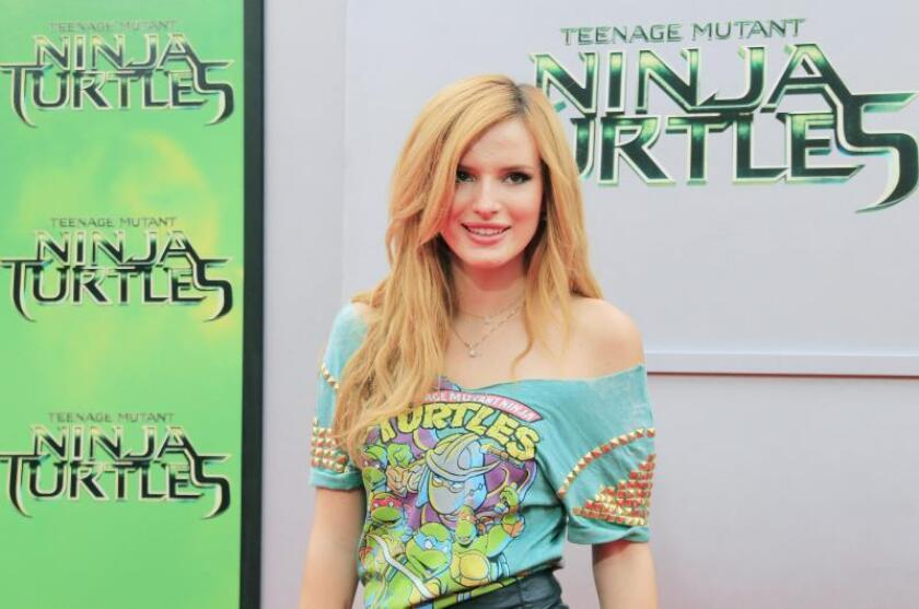 La actriz estadounidense Bella Thorne llega para el estreno en Los Ángeles de 'Teenage Mutant Ninja Turtles' en el Regency Village Theatre en Westwood, California, EE. UU., el 3 de agosto de 2014. EFE/NINA PROMMER/Archivo