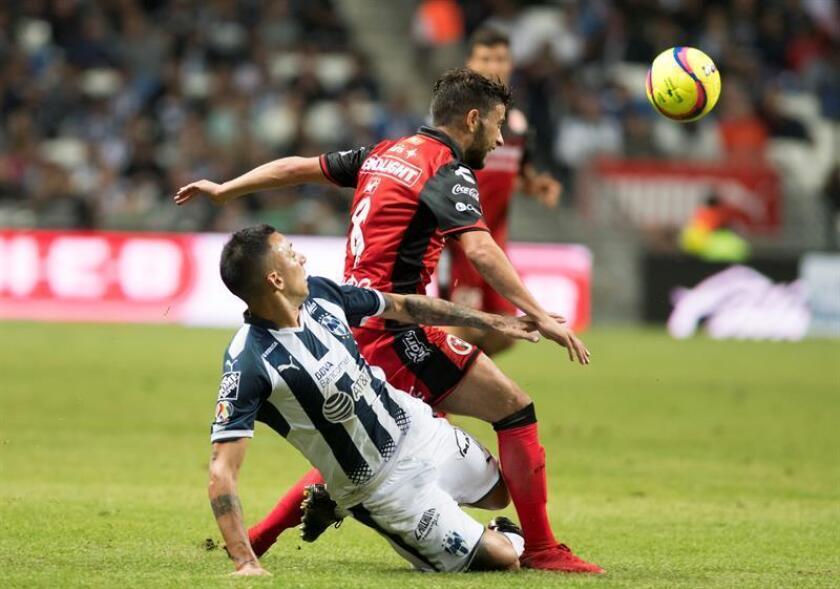 Leonel Vangioni (i) de Rayados de Monterrey disputa el balón con Jose Rivero (d) de Xolos de Tijuana. EFE/Archivo